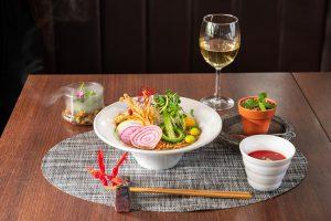 クロレラムースの庭園風サラダとクロレラ麺の丸金エノキ餡掛け斎麺